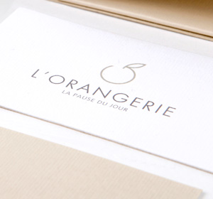 <span>L' Orangerie</span><i>→</i>